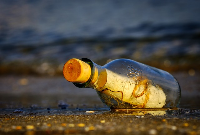 forrás: https://pixabay.com/photos/message-in-a-bottle-bottle-sea-3437294/